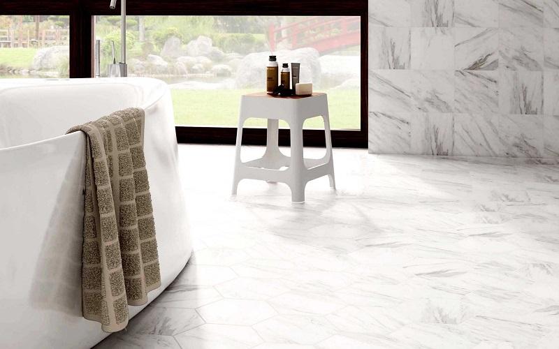 Marble White -sarjan laatat sekä neliskulmaisena että kuusikulmaisena