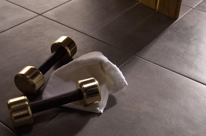 Soft -sarjan lattialaatat sävyssä Antracite
